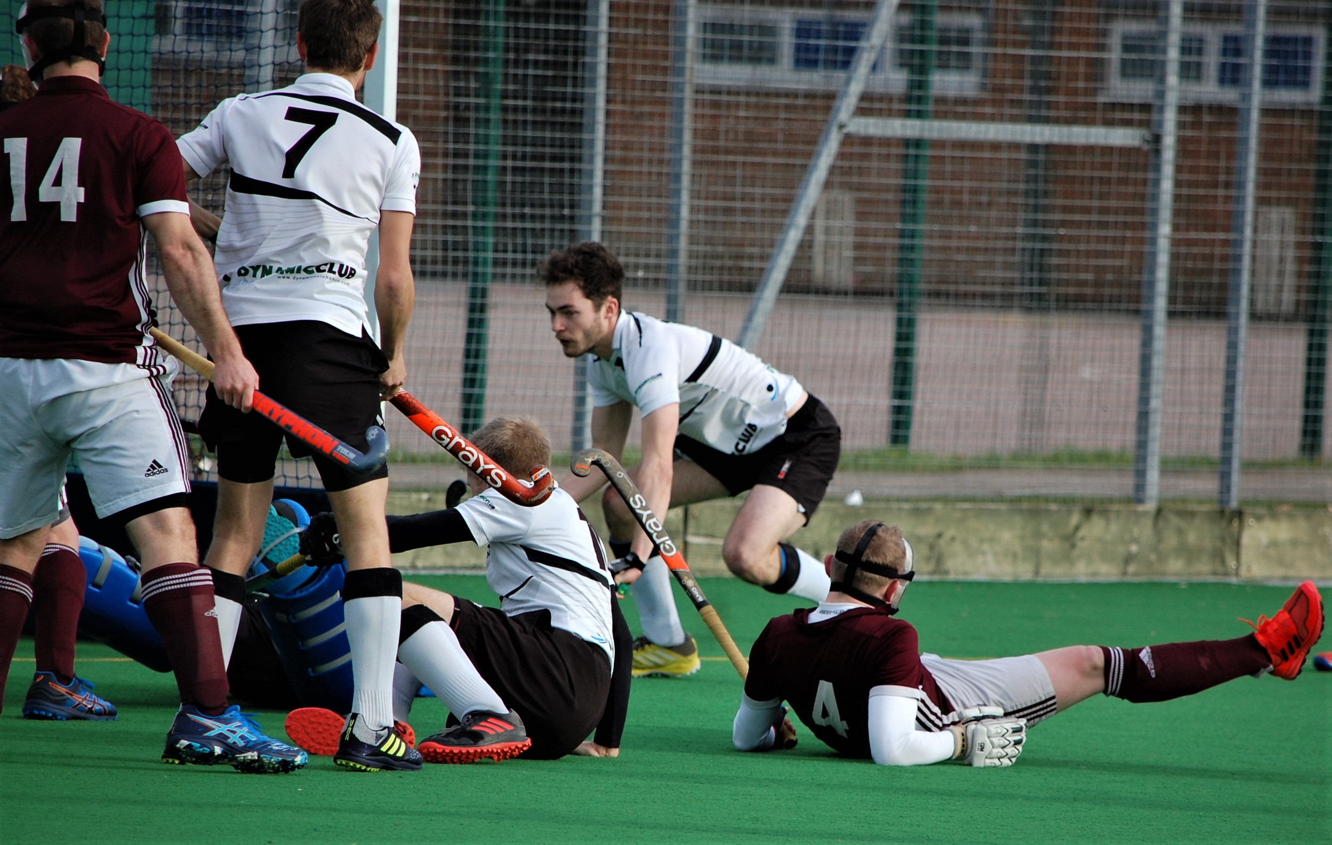 Bedford Hockey Club Men's 1s defence give it their all to hold off Harleston Magpies