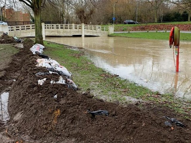 Local residents building a dam to protect Tennyson Road. Bedford Borough River Great Ouse Floods December 2020.